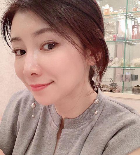 日本第一美魔女水谷雅子,52歲逆天美肌靠「30元刮痧板」養出來