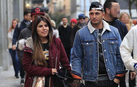 OMAR MONTES Y CHABELITA ISA PANTOJA juntos de la mano por Madrid