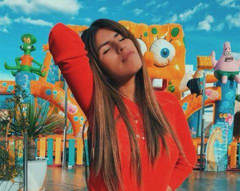 Isa Pantoja en el parque de atracciones con los ojos cerrados