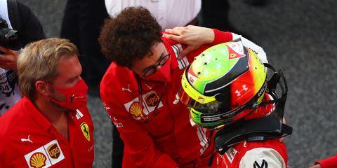 mattia binotto y mick schumacher tras ganar el campeonato de f2