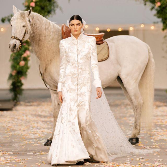 屬於chanel家族的暖心慶典!chanel 2021春夏高訂讓「壓軸新娘」乘上白馬描繪絕美婚禮