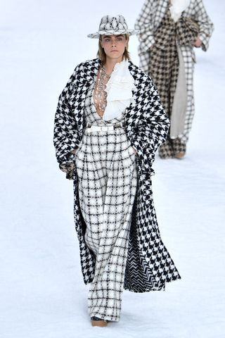 Chanel Creates A Snow Covered Winter Wonderland For Karl Lagerfeld S Last Show