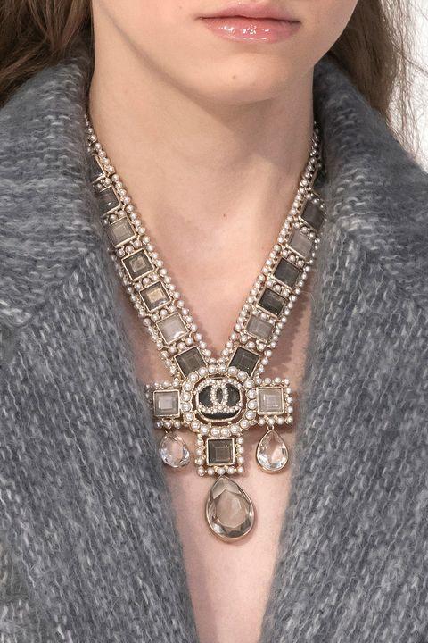 Jewellery, Necklace, Fashion accessory, Neck, Chain, Body jewelry, Pendant, Metal, Locket, Silver,