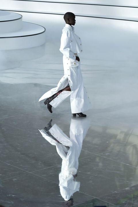 Model loopt over spiegelvloer bij Chanel Herfst/Winter 2020 in Parijs