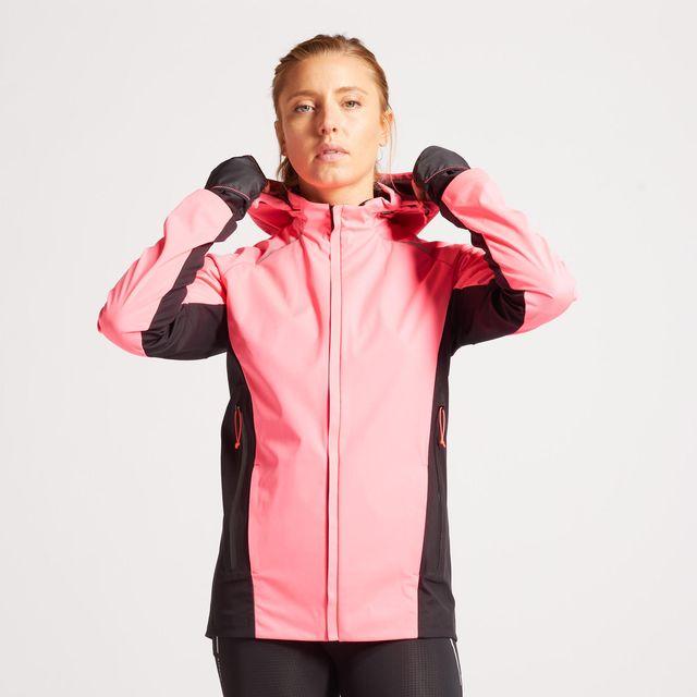 mujer con chaqueta de running rosa y negra de decathlon