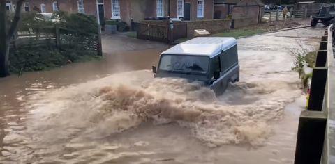 rufford ford charco gigante traga suvs y furgonetas