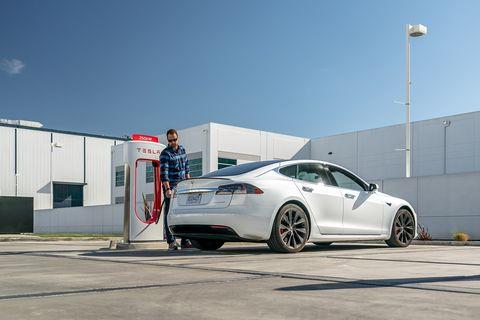 Tesla Model S cargando en el V3 Supercharger