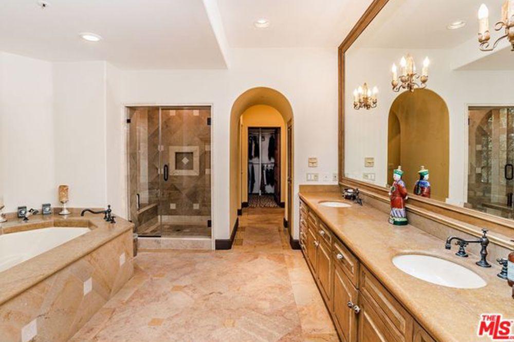 Celebrity Bathrooms - Most Insane Celebrity Bathrooms: Kris Jenner ...