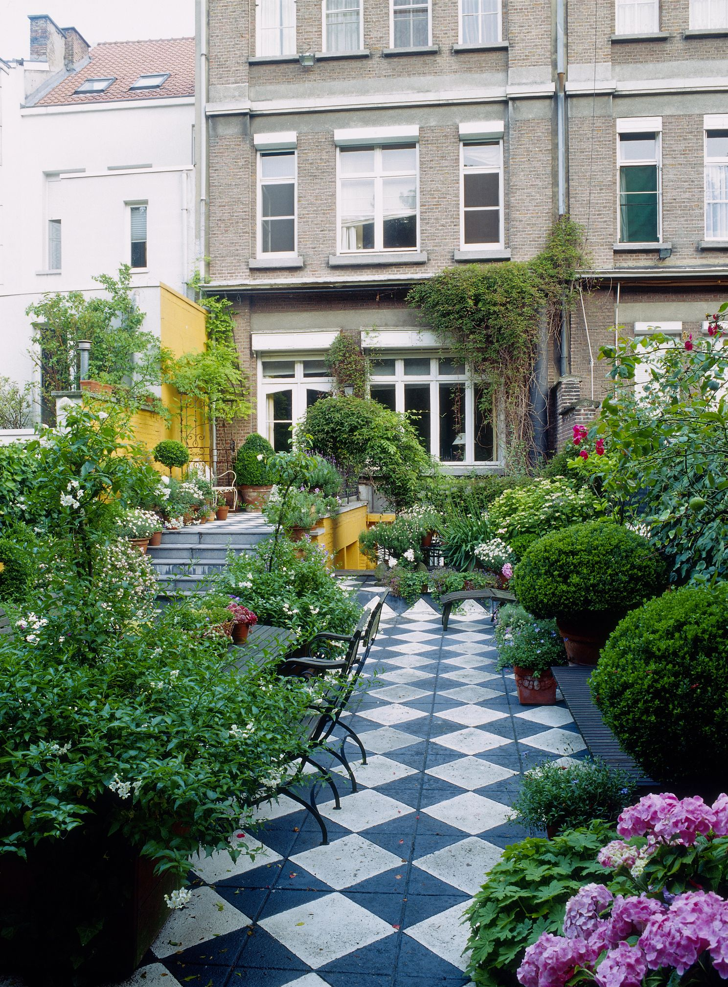 Checkered tiles in patio - long and narrow garden & Long Narrow Garden Design Ideas - Garden Shape Ideas