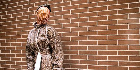 checking-invoices-influencer-milano-fashion-week