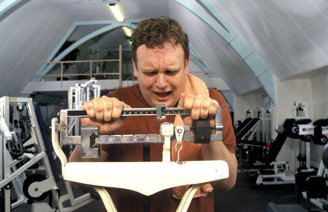 un hombre se lamenta al ver que ha ganado kilos al pesarse en una báscula
