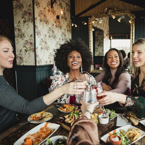 how to be more social - women at a restaurant