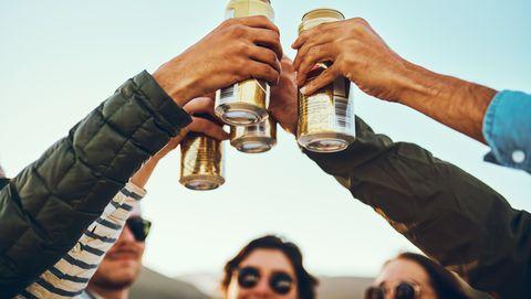 blik bier statiegeld frisdrank afval zwerfafval milieu troep prullenbak weggooien recycling hergebruik aluminium drinken cola flesjes glas staal metaal berm