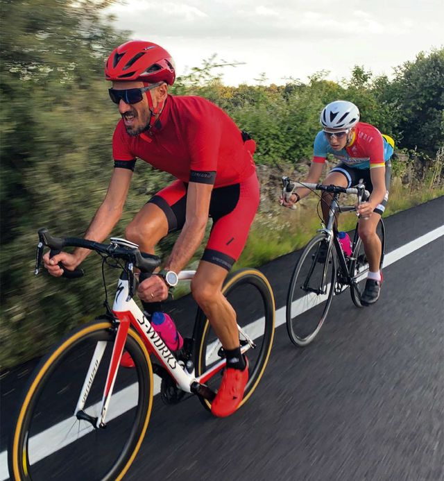 el atleta chema martínez montando en bicicleta