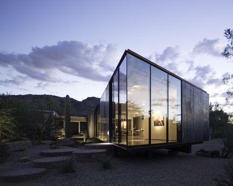 La guest house nel deserto che è un atelier progettato per riflettere i colori del cielo e della sabbia