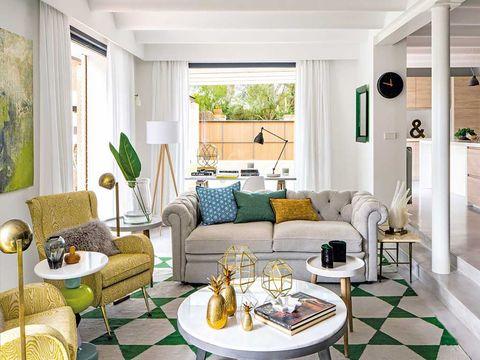 salón con sofá chester blanco
