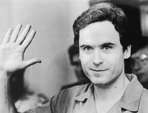 Chiuda sul ritratto di Ted Bundy Waving