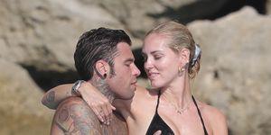 CHIARA FERRAGNI Y FEDEZ se besan en Ibiza tras unas rocas