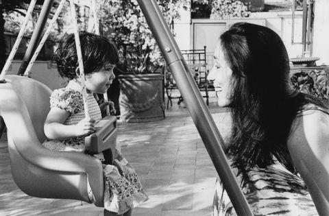 la scrittrice chiara gamberale e sua figlia vita