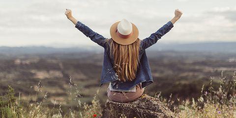 Chica disfrutando de un paisaje al aire libre
