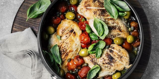 そこで本記事では、「鶏むね肉」を柔らかくする方法や焼き方などをお届けします!ヘルシーで栄養もたっぷりな「鶏むね肉」は、サラダにトッピングしたり、ステーキにしたりと調理方法も豊富。でも、実際どう調理したらより美味しさを引き出せるのか、意外と知らない方も多いのではないでしょうか?