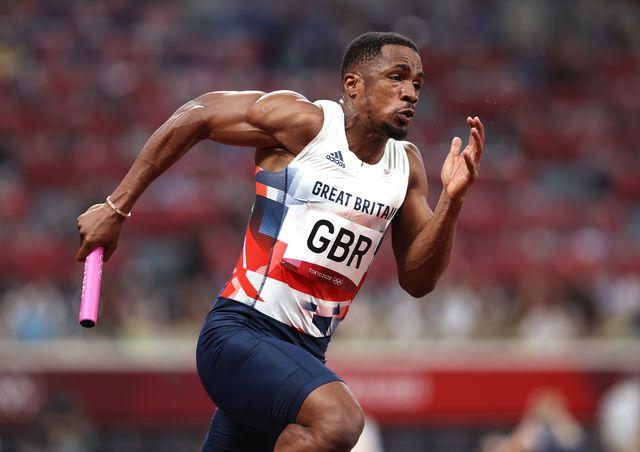 el atleta británico chijindu ujah, suspendido por dopaje, en tokio 2020