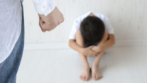kind kruipt weg voor ouder