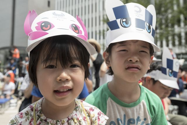 dos niños japoneses se disfrazan como las mascotas de tokio 2020