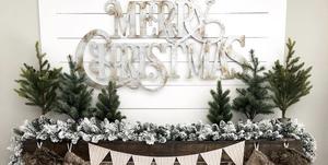 Chimenea con decoración de Navidad