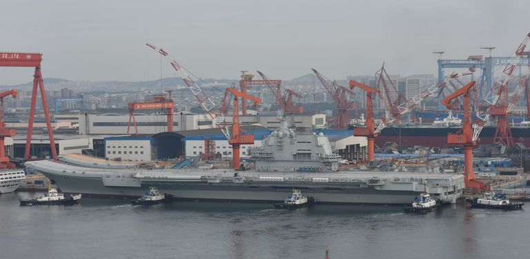 O novo porta-aviões, ainda sem nome, em Dalian, China