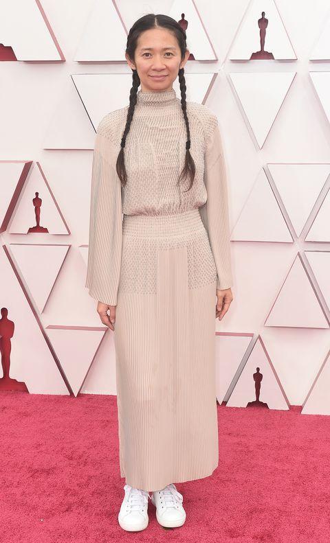 Chloé Zhao en los Premios Oscar 2021 con zapatillas blancas