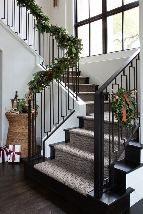 21 Best Staircase Christmas Decorations Holiday Staircase Ideas