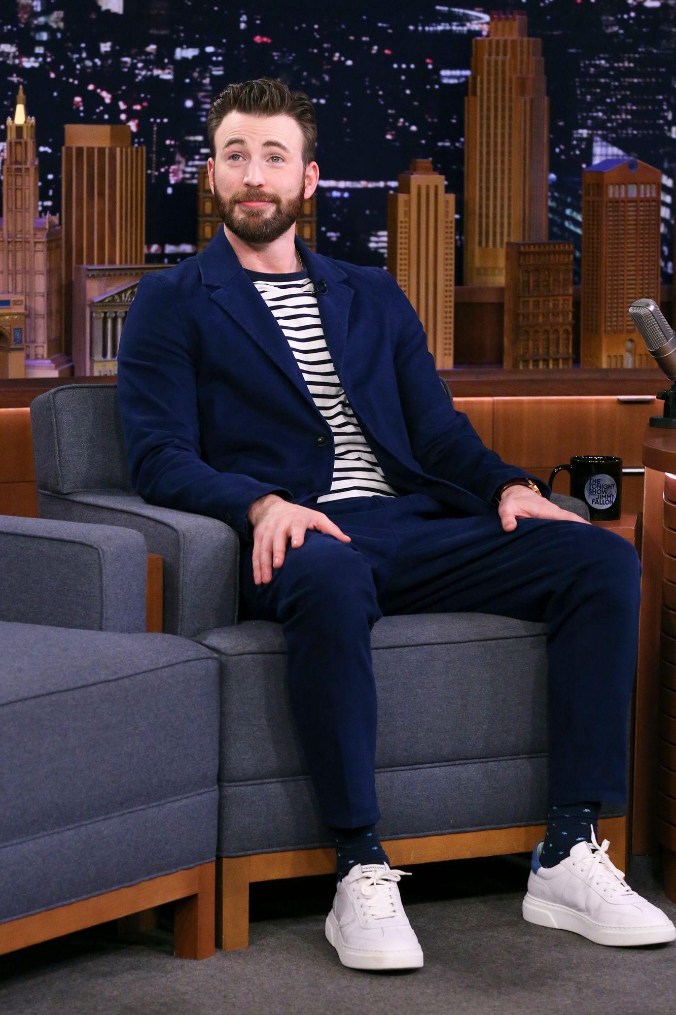 Chris Evans estaba muy elegante con su traje azul con camisa