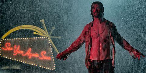 Chris Hemsworth con la camisa abierta enBad Times at the El Royale