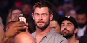Chris Hemsworth in een menigte.