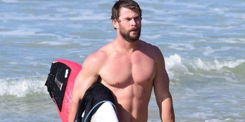 Chris Hemsworth haciendo yoga y surf