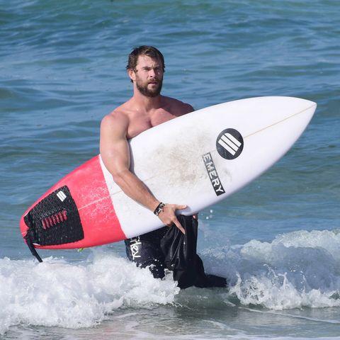 chris hemsworth y su vídeo haciendo surf