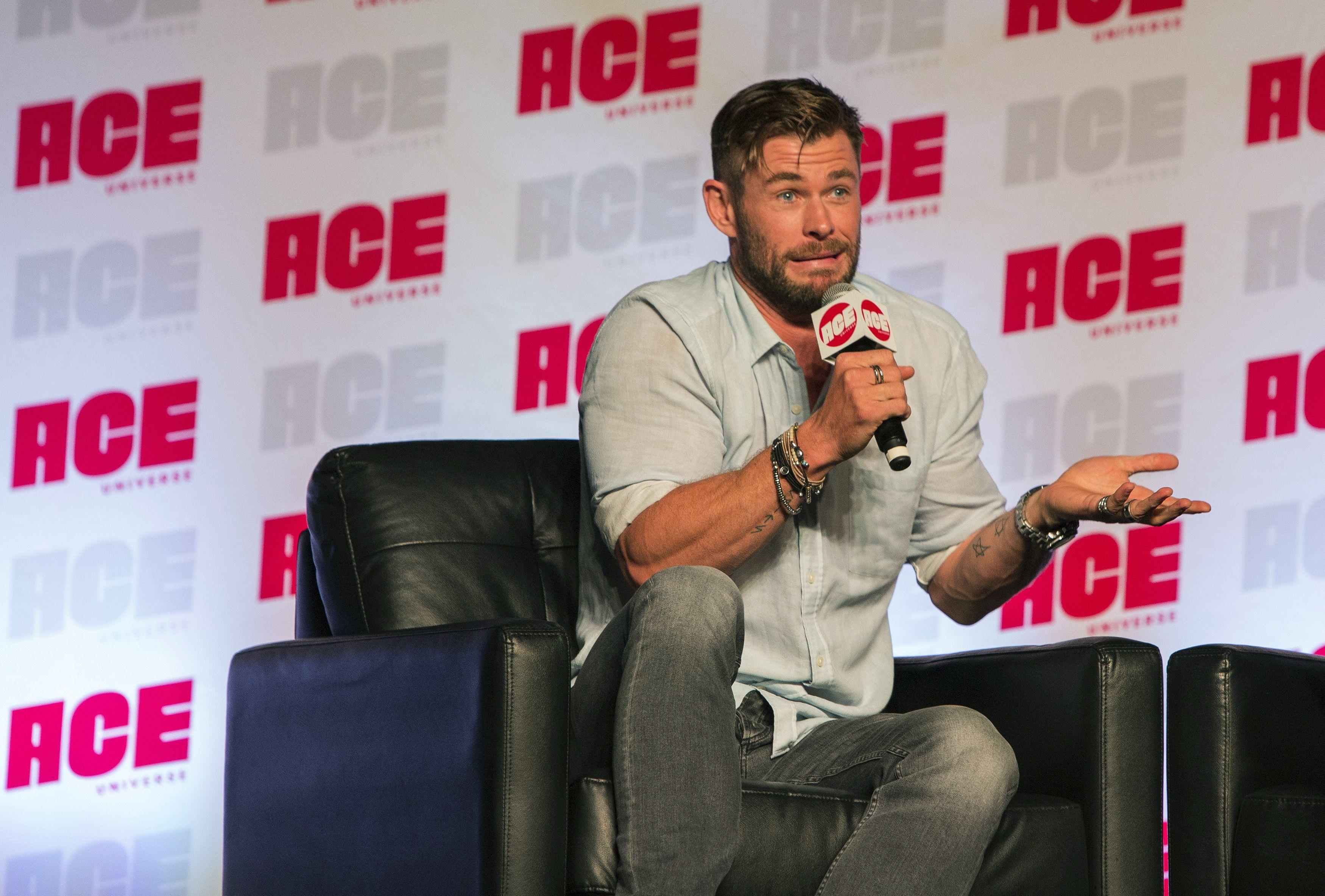 Chris Hemsworth y su vídeo viral firmando autógrafos