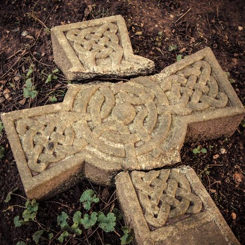 Christian beliefs - Time and traditions - Broken cross