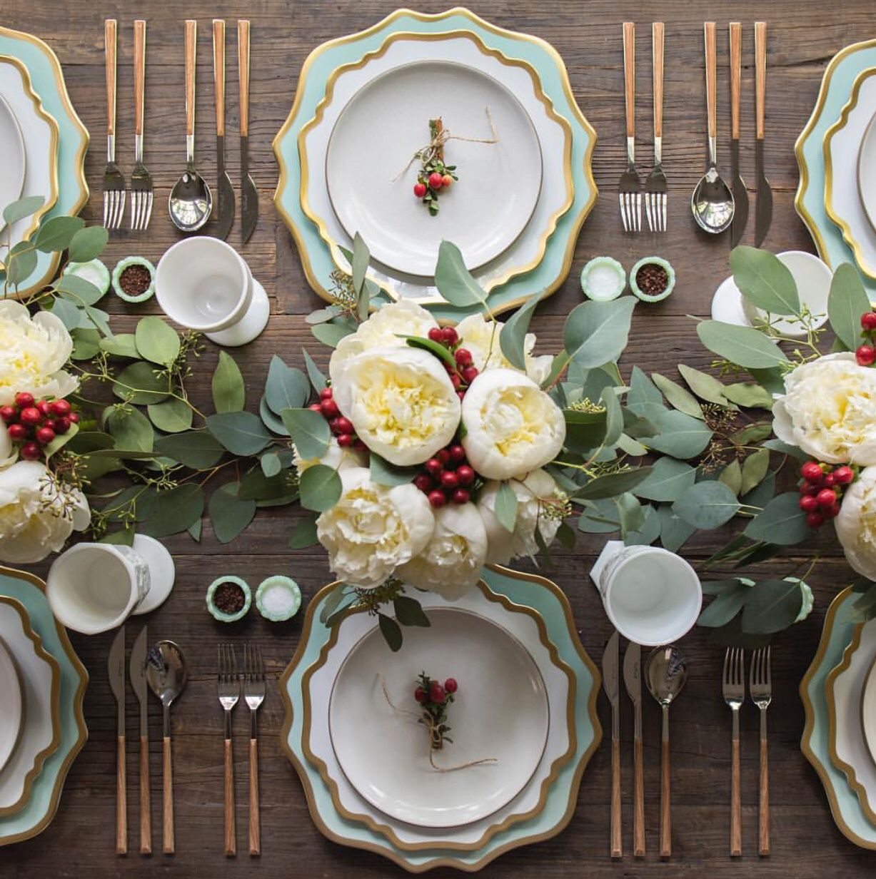Instagram @casadeperrin & 25 Elegant Christmas Table Settings - Holiday Table Ideas \u0026 Centerpieces