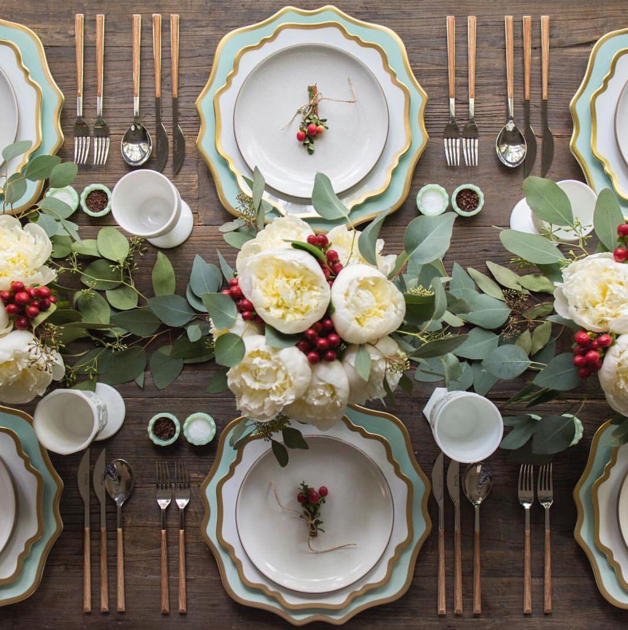Instagram @casadeperrin & 25 Elegant Christmas Table Settings - Holiday Table Ideas \u0026 Centerpieces