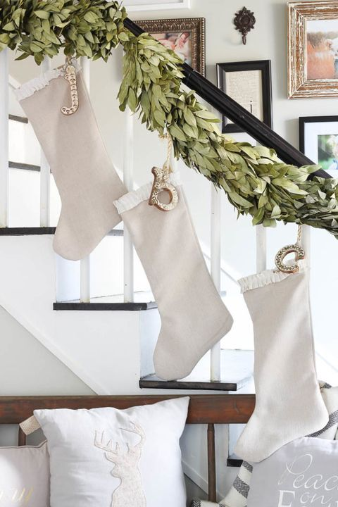 12 christmas decorations for stairs how to decorate a staircase