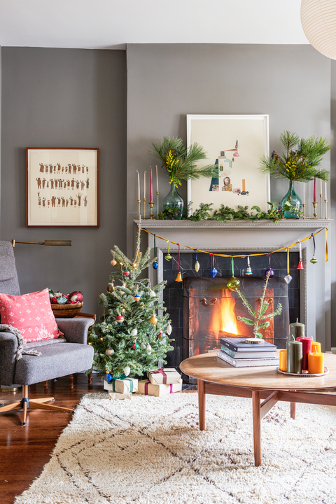 christmas living room decor ideas - extra ornaments