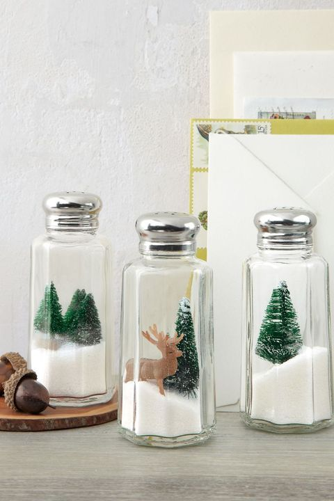 christmas table settings, salt and pepper holiday shakers