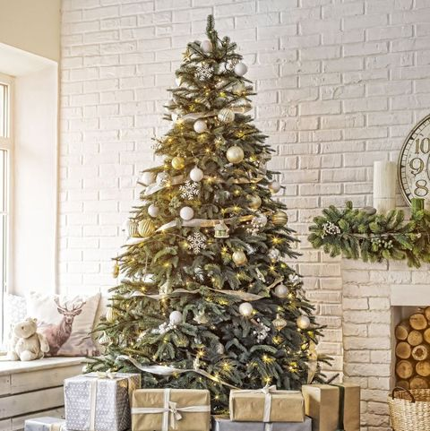 How to Properly Hang Lights From Your Christmas Tree - Christmas Tree Decorating Guide