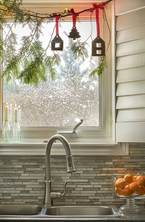 25 Christmas Window Decor Ideas 2019 - Holiday Window ...