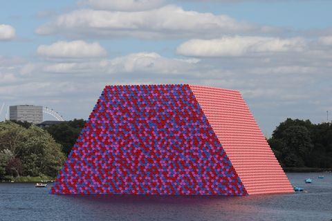 La isla de barriles de Christo en el lago Serpentine