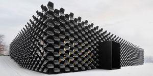 900 sillas de plástico reconvertidas en esta original fachada