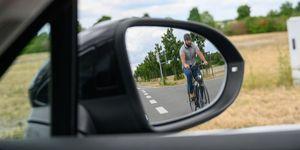 ciclistas y coches