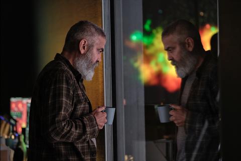 george clooney mira por una ventana en la película cielo de medianoche